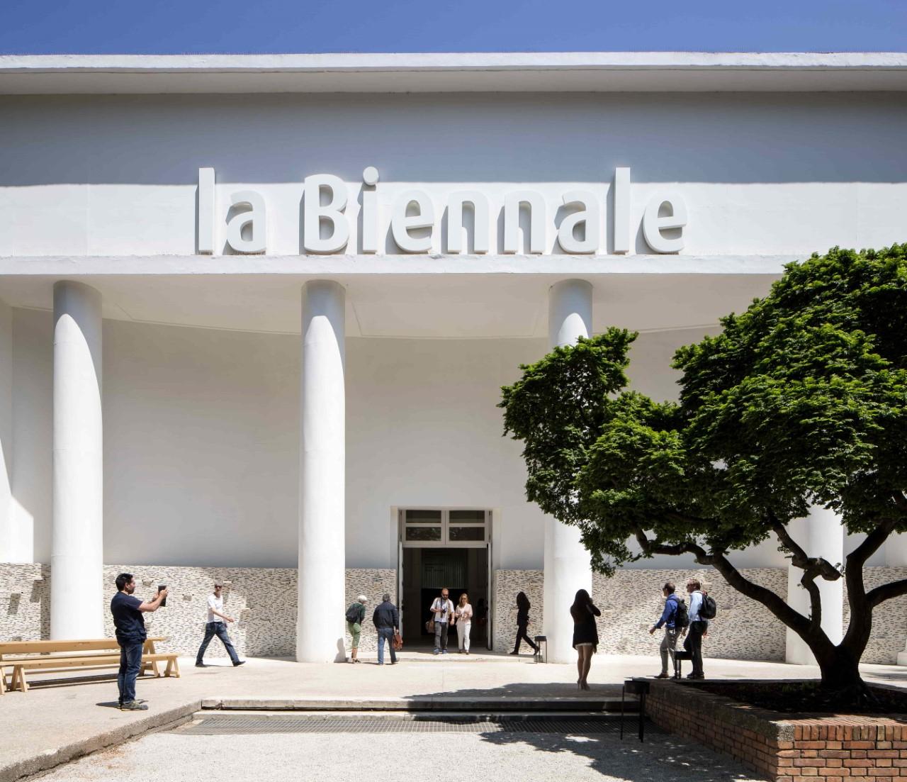 «Ανήσυχες Μούσες»: Η ιστορία της Μπιενάλε Βενετίας σε μια έκθεση